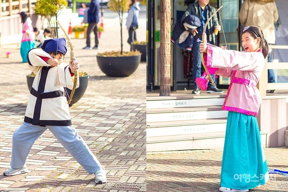 '백시달 EQ 버스' 프로그램에 참여한 초등학생들이 백제인의 옷을 입고, 활 쏘는 체험을 하고 있다. 사진 제공 / 낮은언덕 사진관