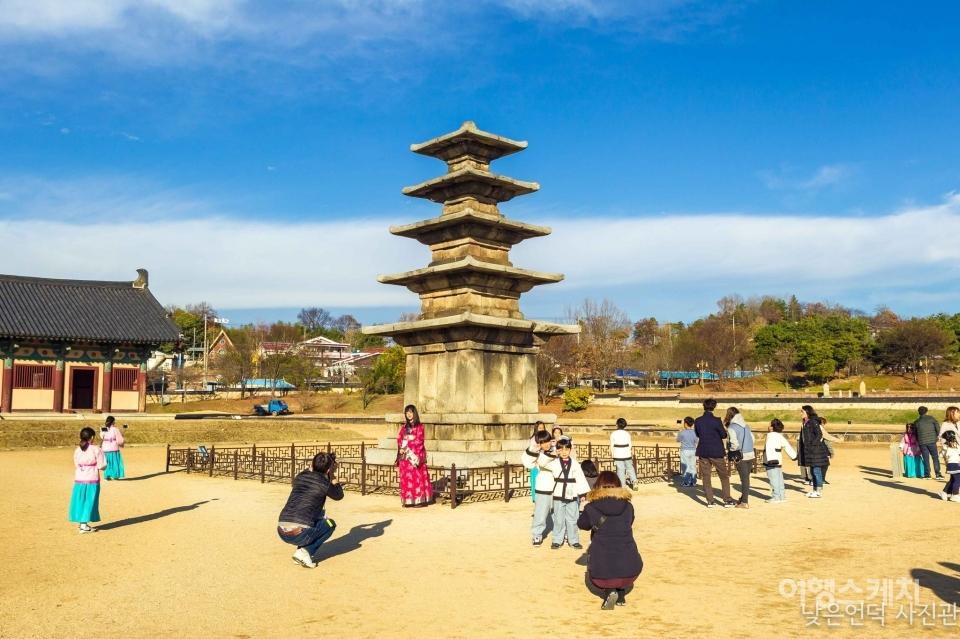 정림사지오층석탑에서 자유롭게 기념촬영을 하는 참가자들. 사진 제공 / 낮은언덕 사진관